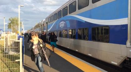 Photo: Audrey Neveu. Les usagers courent jusqu'à leur voiture à l'arrivée du train en gare, parce qu'ils risquent de perdre de 15 à 30 minutes simplement pour quitter le stationnement.