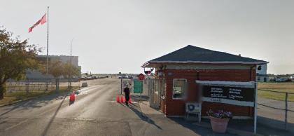 Des blocs de béton  ont été installés à l'entrée de la garnison de Saint-Hubert, moins de deux heures après la fusillade au Parlement d'Ottawa mercredi matin. Photo : Street View