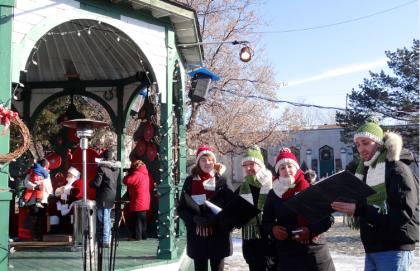 Photo : Nathalie Paquin - Le Père Noël a pris place sur son trône, tandis qu'une chorale accueillait les premiers visiteurs, lors de l'ouverture officielle, le 29 novembre.