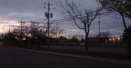 Photo: Dominique Trottier Il n'y a aucun lampadaire au-dessus du trottoir longeant les arbres du parc Laurier, sur la rue du même nom.