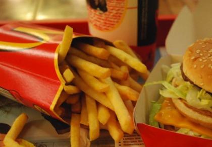 Les restaurants McDonalds cherchent des employés.