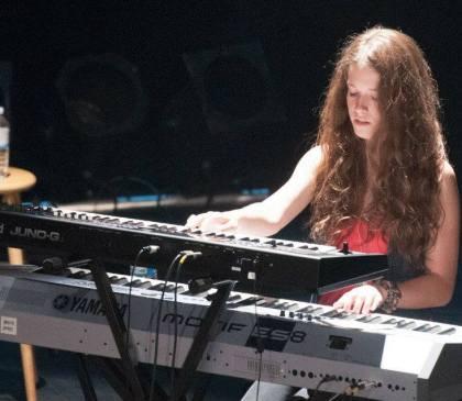 Lauriane au clavier en 2013.