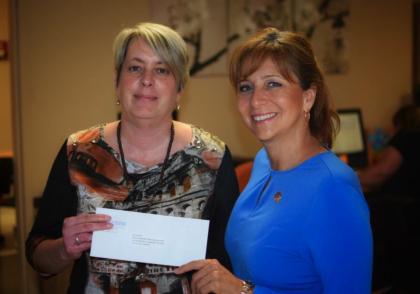 La députée Nathalie Roy remet un chèque de 12 000$ pour aider les proches aidants de sa circonscription.