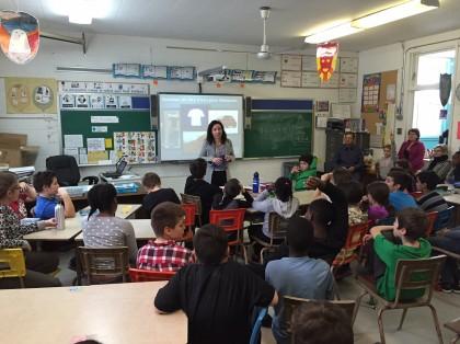 La députée de Vachon rencontre des écoliers pour parler de l'eau.