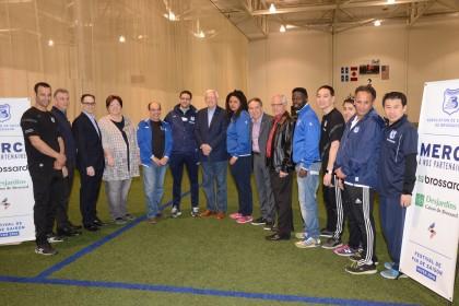 Le maire de Brossard, Paul Leduc, au centre, entouré de conseillers municipaux, de membres du CA et de l'équipe technique de l'Association.