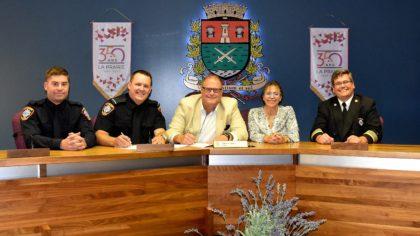 Signature du nouveau  contrat de travail des pompiers de La Prairie.