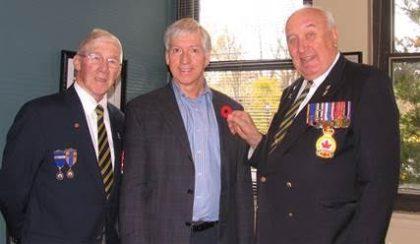 M. Ed Pellerin, président sortant et fiduciaire du Fonds du coquelicot, M. Martin Murray, maire de Saint-Bruno-de-Montarville, et M. Alex Bialosh, président de la Filiale 147-Montarville de la Légion royale canadienne.