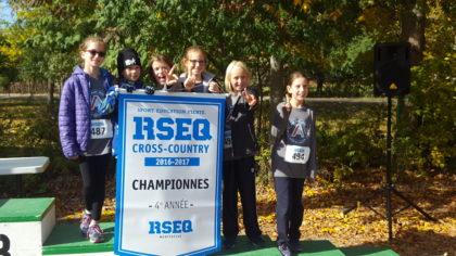 Des étudiants au championnat de cross-country.
