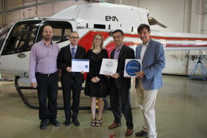 Réunis dans le hangar des hélicoptères de l'ÉNA, Michel Vincent (ÉNA),  M. Thierry Collet (Dassault Systems), Geneviève Dalcourt (ÉNA), Jean-Philippe Laguerre (Dassault Systems) et Michel Michaud (ÉNA).