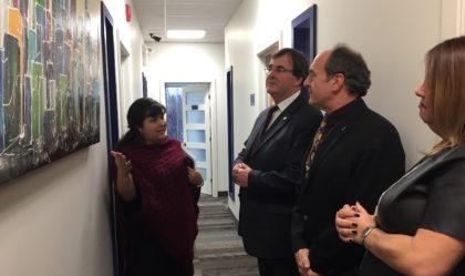 Le candidat libéral, Normand Parisien, et le ministre de l'Emploi et de la Solidarité sociale, François Blais, visitent des organismes de Longueuil.