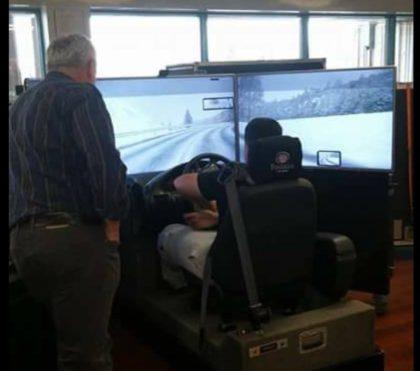 Des élèves de l'école André-Laurendeau testent le simulateur de conduite du CAA.